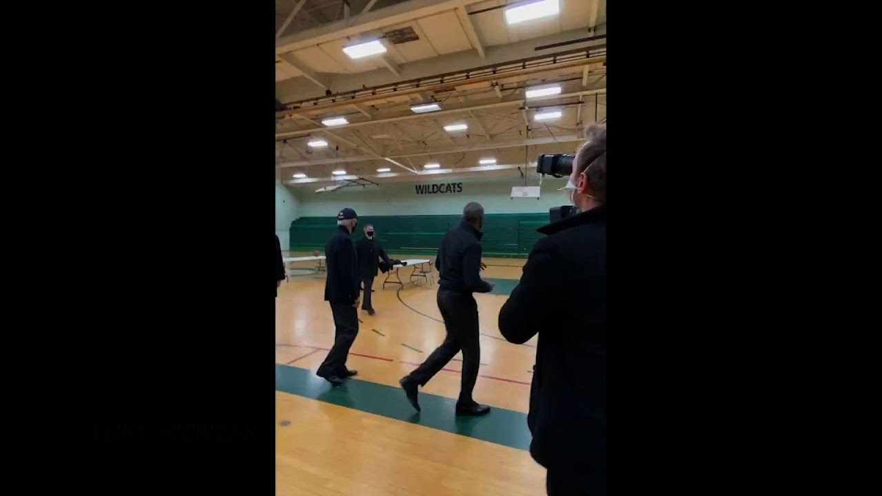 Obama sinks three-pointer while in Mich. for rally