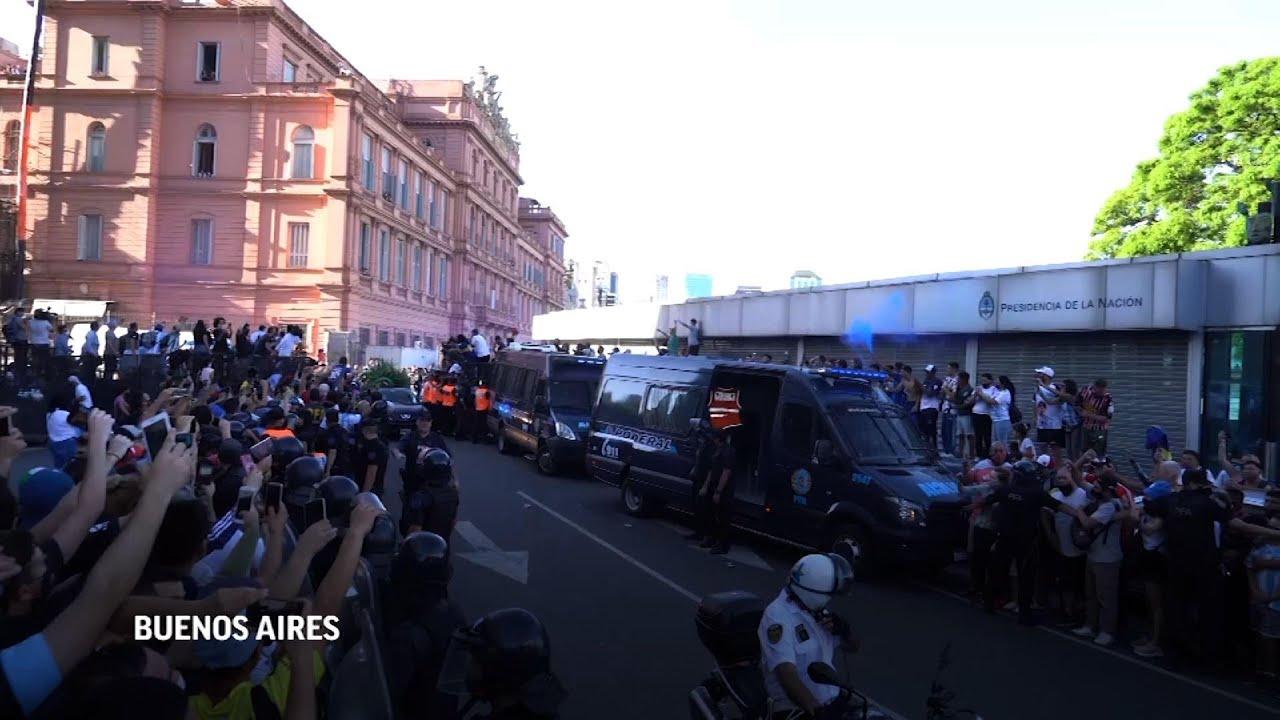 Entre desconsuelo y caos, Argentina dice adiós a Maradona