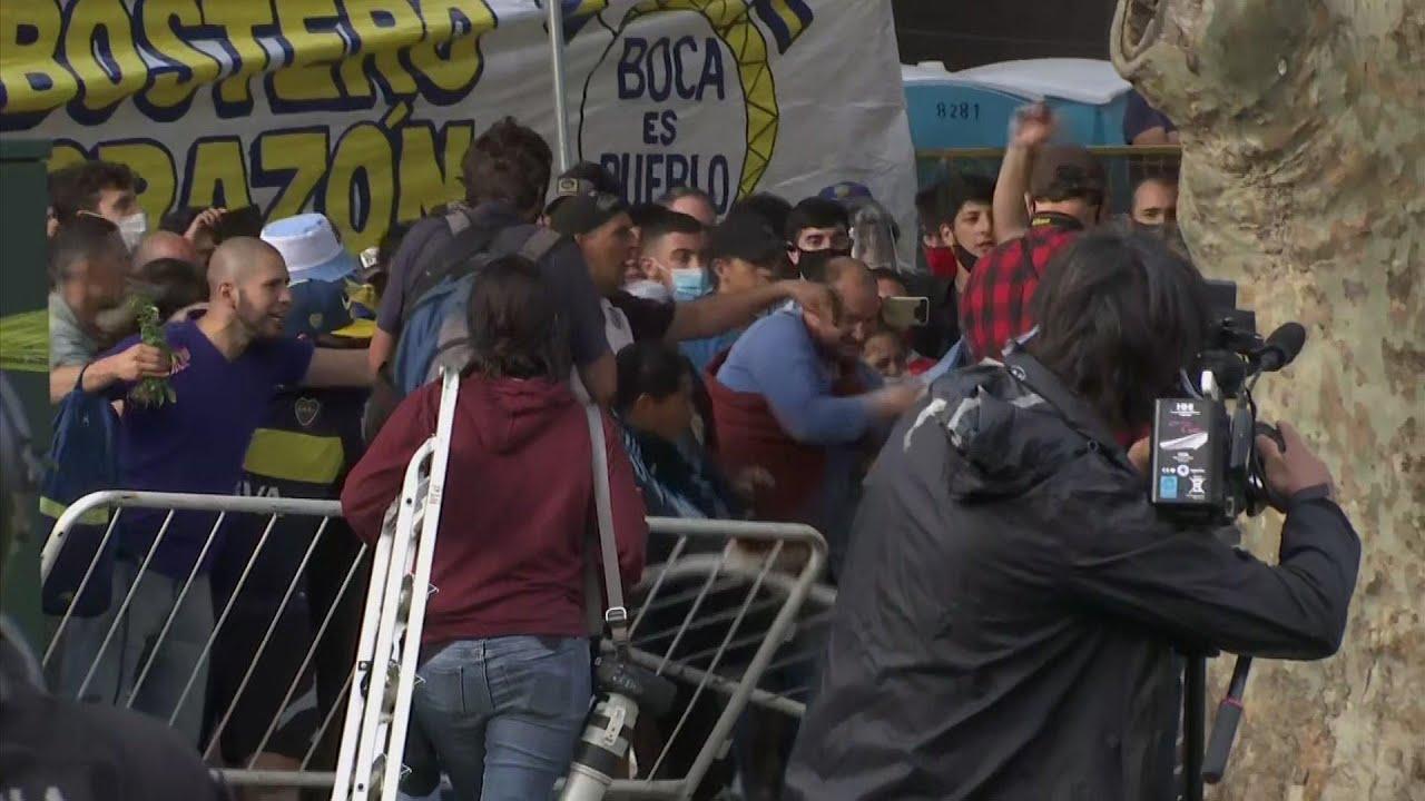 Maradona fans try to rush Casa Rosada to see coffin