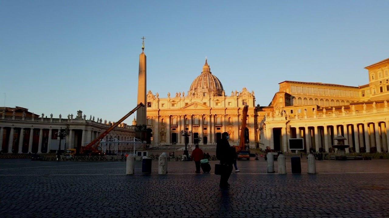 Timelapse video of Christmas tree in Vatican