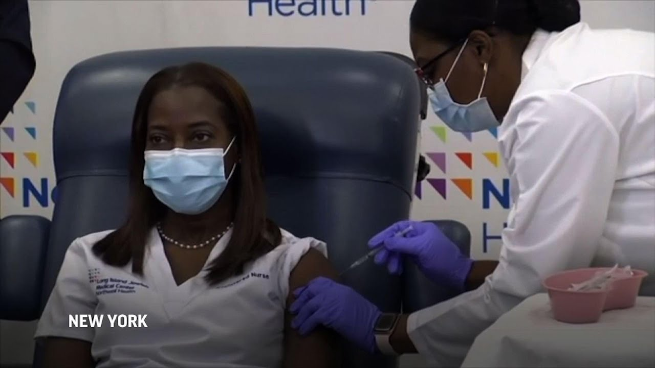 US health workers start getting COVID vaccine