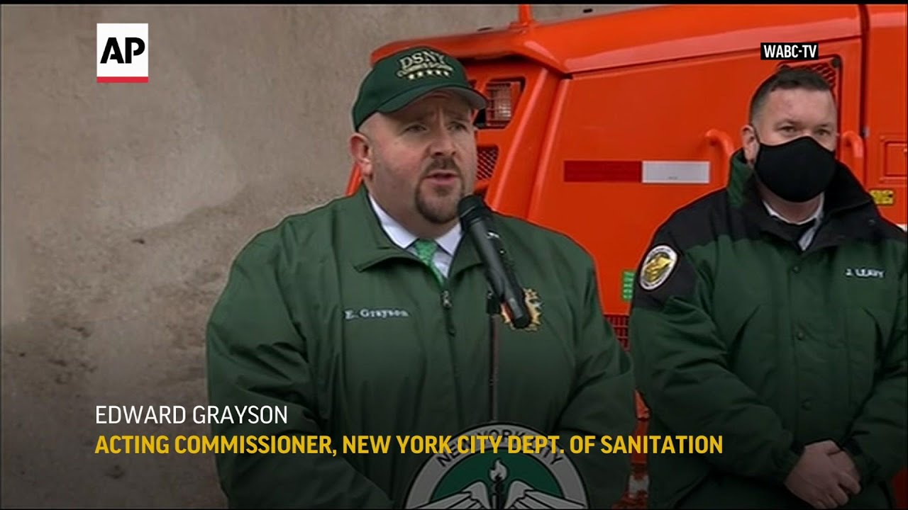 New York prepares streets for incoming storm