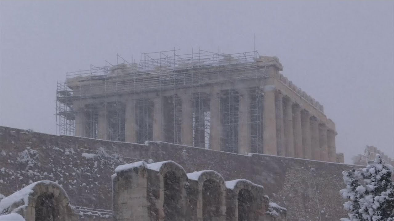 Heavy snowfall has blanketed central Athens