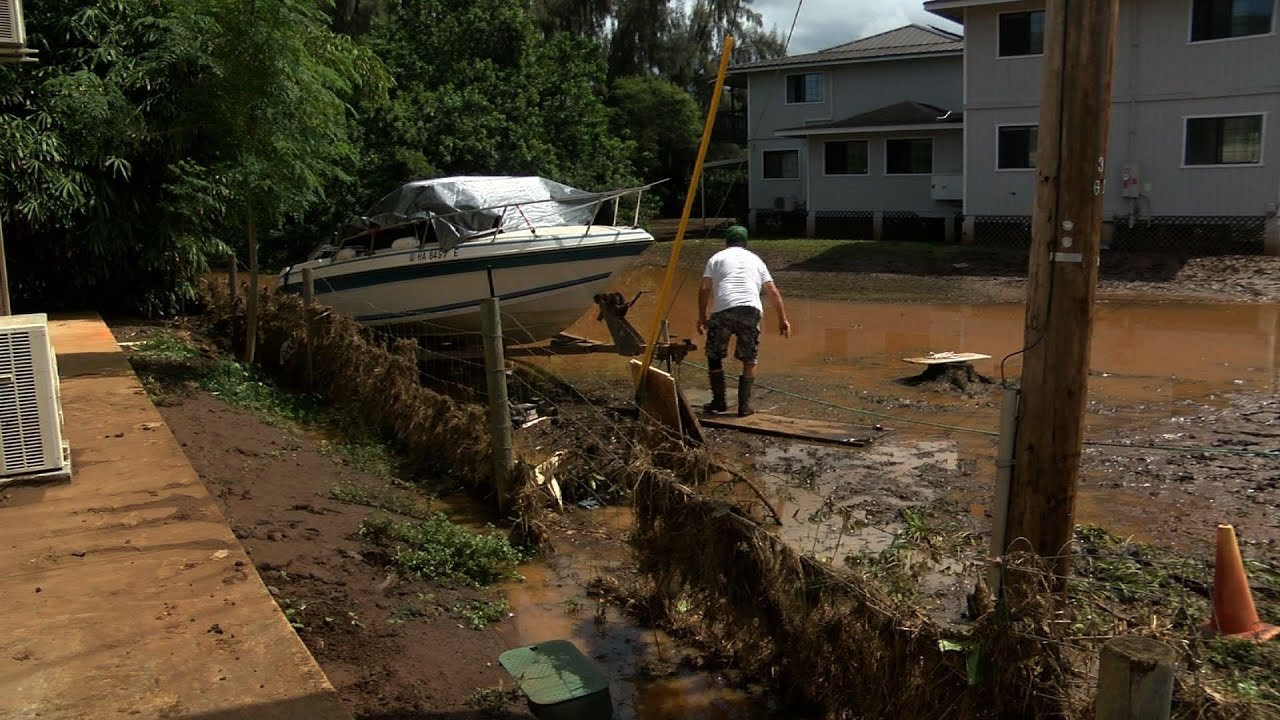Hawaii cleans up from torrential rain & landslides