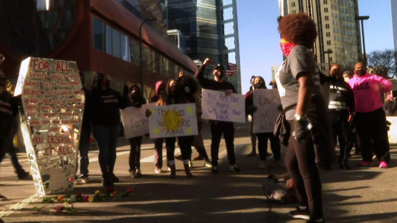 Floyd supporters rally as family arrives for trial